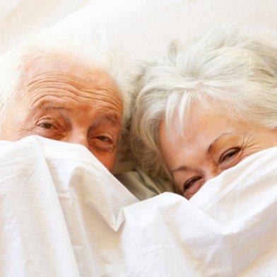couple-personnes-agees-sous-la-couette